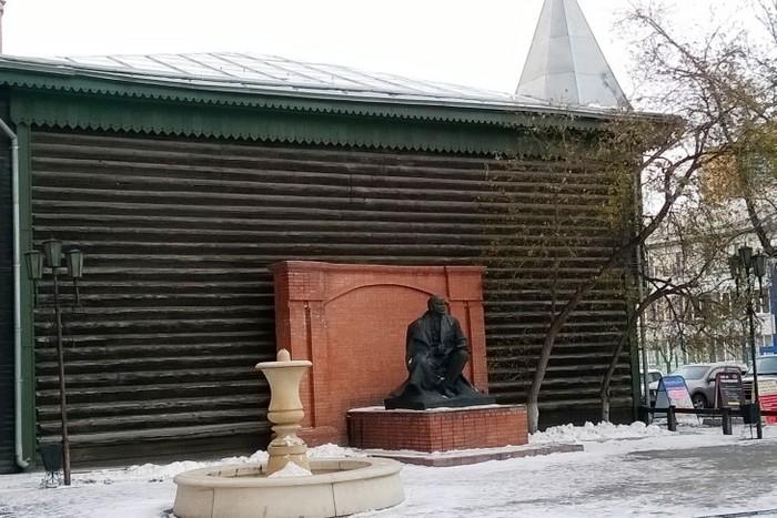 Тихий Ленин у фонтана